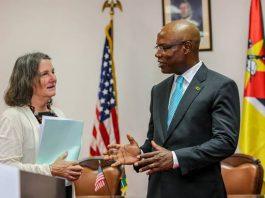 O ministro José Pacheco e a directora da USAID em Moçambique durante a assinatura dos acordos de apoio ao desenvolvimento de Moçambique