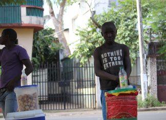Criancas passaram 1 de Junho a vender nas ruas. Elas estao a ser exploradas e nao tiveram nem se quer um presente no dia internacional da crianca