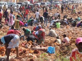 A populacao de Nampula estava a tentar ficar rica com pedras sem valor comercial