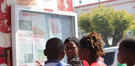 Mulheres lendo jornal Ikweli no mercado central de Nampula