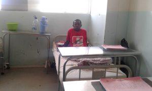 Um dos sobreviventes no leito hospitalar