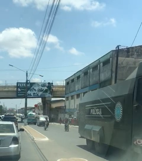 A policia usou blindados e carros de assalto para amedrontar aos eleitores