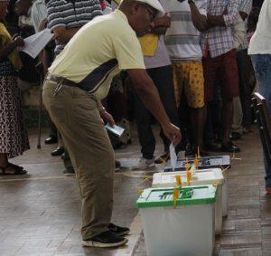 Idoso votando no Pavilhão dos Desportos de Nampula