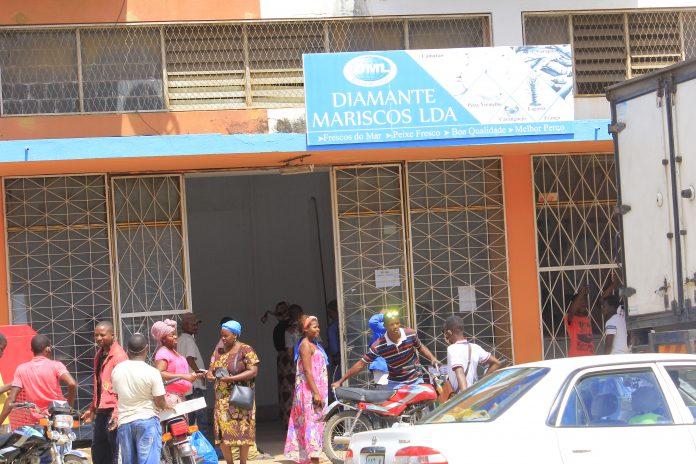 Mulheres que vendem peixe frito nao obedecem regras de prevenção da covid-19